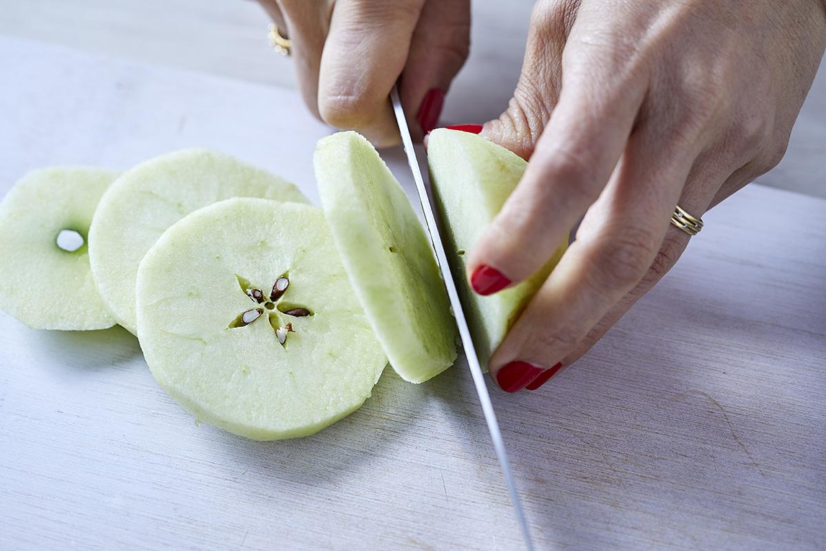 חותכים את התפוחים לפרוסות. צילום: אפיק גבאי